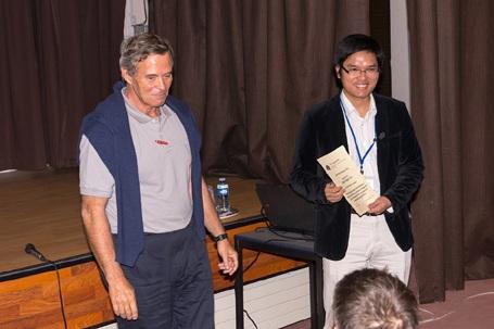 Tiến sĩ Vũ Minh Ngọc (bên phải) nhận giải ALERT PhD Prize trao bởi Giáo sư Manuel PASTOR (