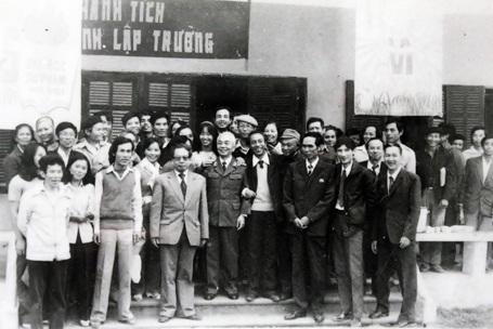 Cán bộ, giảng viên Trường ĐHSP Hà Nội vui mừng được đón Đại tướng Võ Nguyên Giáp về thăm trường.