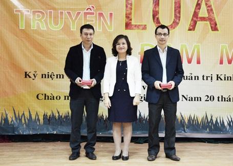 PGS-TS Nguyễn Thu Thủy trao kỉ niệm chương cho đại diện FPT Telecom. (Ảnh: FPT Telecom)