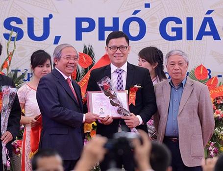 Lê Anh Vinh tại lễ vinh danh các GS, PGS năm 2013.