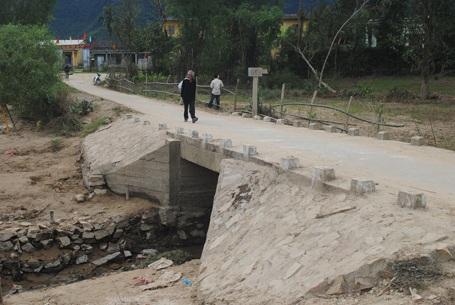 Bà con làng Hà Tân giờ đã có cầu mới.