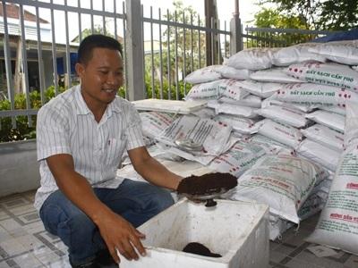 Anh Bùi Ngọc Châu sản xuất phân đất sạch Cẩm Phô ứng dụng công nghệ vi sinh học.
