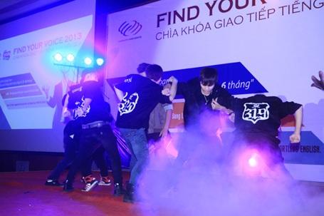 Nhóm nhảy ST319 đóng góp một tiết mục nhảy sôi động.