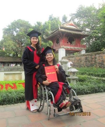 Phạm Thị Hương cùng bạn chụp ảnh kỷ yếu tại Văn Miếu - Quốc Tử Giám (Hà Nội).