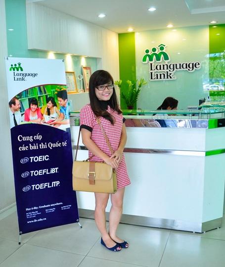 Bạn Nguyễn Ngọc Mỹ Hạnh rất vui vì đã làm tốt bài thi TOEIC.