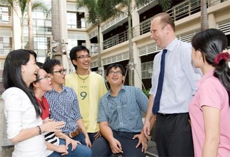 Thầy hiệu trưởng Prof. Dr. Juergen Mallon trò chuyện với sinh viên trong khuôn viên ĐH Việt-Đức.