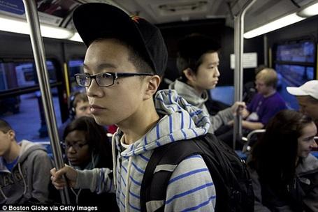 Hằng ngày, hai chàng trai đến trường bằng xe buýt.