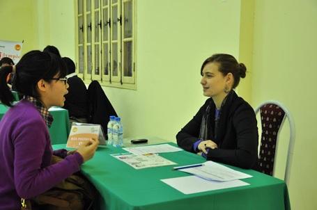 Các thí sinh trong phần kiểm tra kỹ năng nghe nói với giáo viên Language Link.