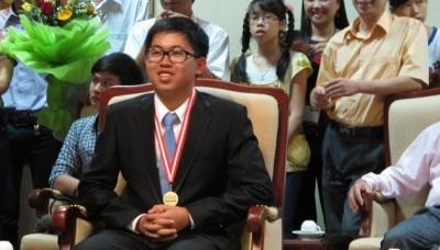 Ngô Phi Long với tấm huy chương vàng Olympic Vật lý quốc tế thứ hai vào năm 2013. (Ảnh: Lê Hà)