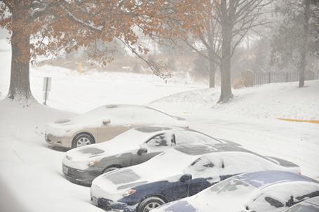 Ngoài trời bão tuyết vẫn vần vũ.