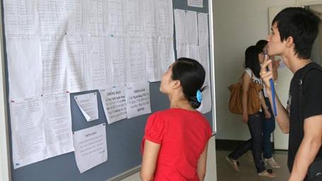 Xem điểm thi tại trường ĐH dân lập Thăng Long - Hà Nội. (Ảnh: Như Ý)