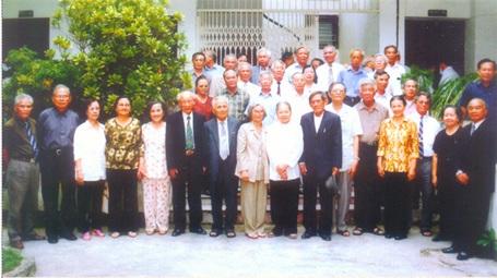Thầy Ninh Viết Giao với cuộc họp mặt năm 2005 học sinh lớp 10 khóa đầu tiên 1955 - 1958 tại Hà Nội
