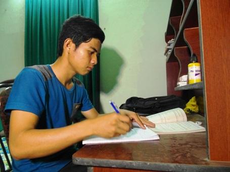 Ngày ngày, bất chấp khó khăn, em vẫn miệt mài học tập để theo kịp chương trình.