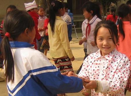 Học trò dân tộc Mông nhịp nhàng với các động tác trong buổi hoạt động giữa giờ