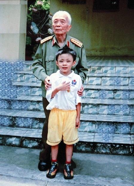 Hoàng Thân chụp ảnh cùng Đại tướng Võ Nguyên Giáp