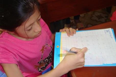 Thùy Linh hoàn thành bài kiểm tra đầu vào.