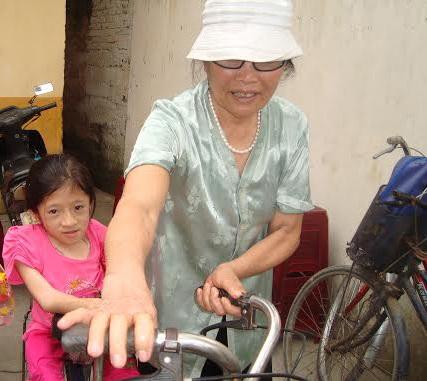 Em Thùy Linh được bà nội đưa đến dự lễ khai giảng.