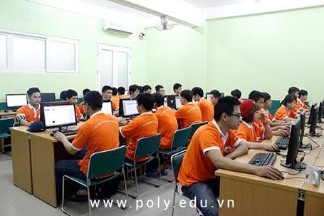 Sinh viên Cao đẳng thực hành FPT Polytechnic trong giờ thực hành