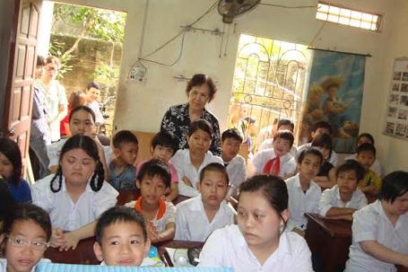 Bà Đỗ Thị Thoa cùng các học sinh trong buổi khai giảng.