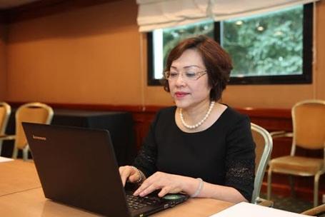 NGƯT.GS.TS Nguyễn Thị Mỹ Lộc - Thành viên Hội đồng giáo dục Vinschool đang tư vấn cho độc giả