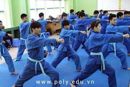 Sinh viên FPT Polytechnic trong giờ học Giáo dục thể chất.