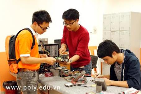 Sinh viên FPT Polytechnic làm việc tại Xưởng thực hành của trường.