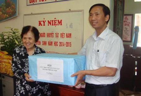 Đại diện Hội Cứu trợ Trẻ em Khuyết tật trao quà cho lớp học.