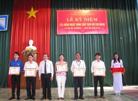 Nhiều trường tổ chức lễ kỷ niệm 124 năm ngày sinh Bác Hồ