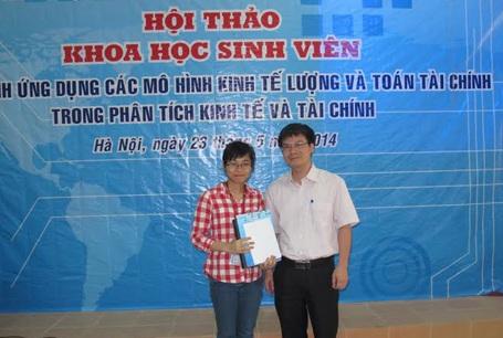 Ban tổ chức trao giải Nhất cho đại diện nhóm sinh viên ĐH Ngoại thương Hà Nội