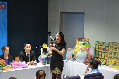 Đại diện AMA giới thiệu các giáo cụ trực quan