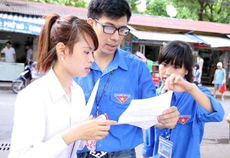 Sinh viên tình nguyện giải đáp thắc mắc của thí sinh. (Ảnh: Mai Châm)