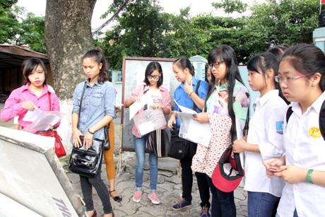 Thí sinh tới làm thủ tục dự thi tại Trường CĐ Sư phạm Hà Nội. (Ảnh: Mai Châm)