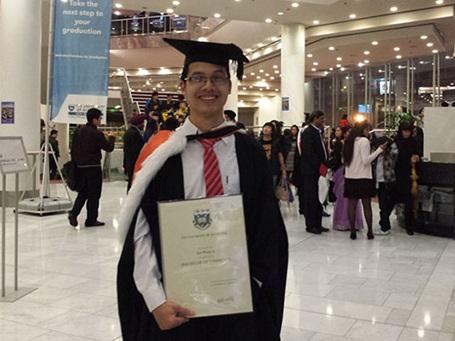 Lê Sơn Phong trong ngày nhận bằng tốt nghiệp Trường ĐH