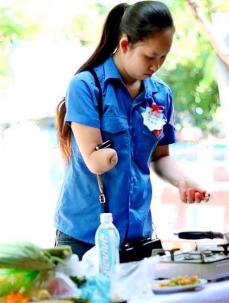 Hải Vân tham gia chế biến món ăn Huế phục vụ thí sinh.