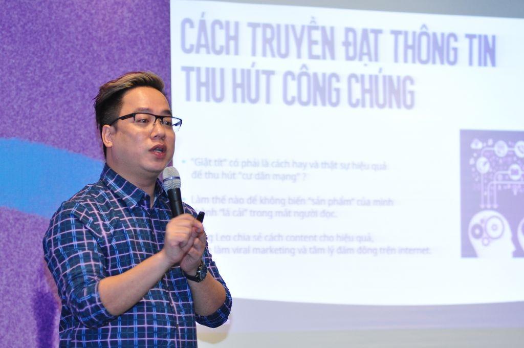 MC Tùng Leo thuyết trình về kỹ năng truyền thông, giao tiếp cho các thí sinh ở Tp HCM