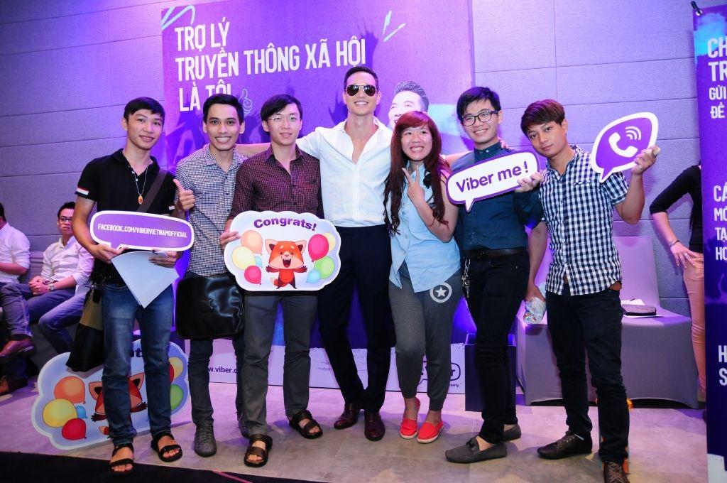 Các thí sinh hào hứng chụp hình cùng diễn viên Kim Lý