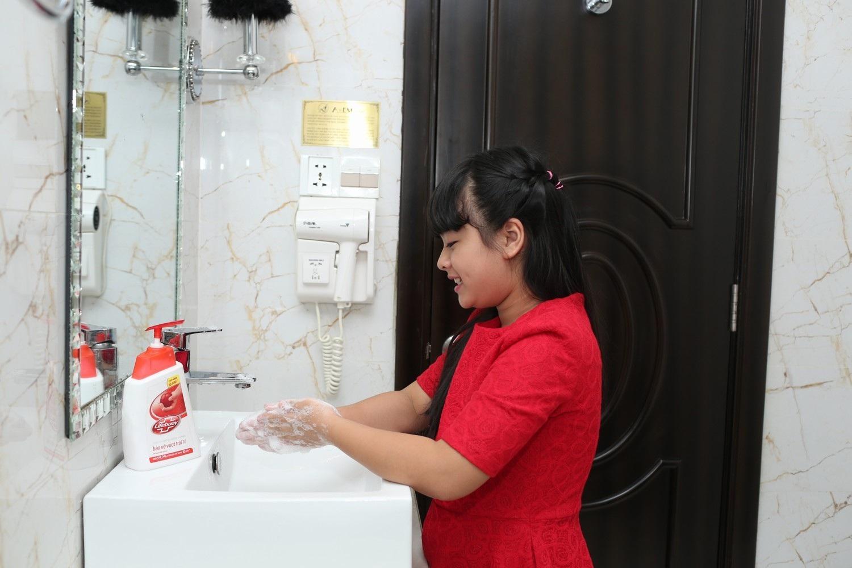 """""""Cần dạy con thói quen rửa tay với xà phòng diệt khuẩn""""."""