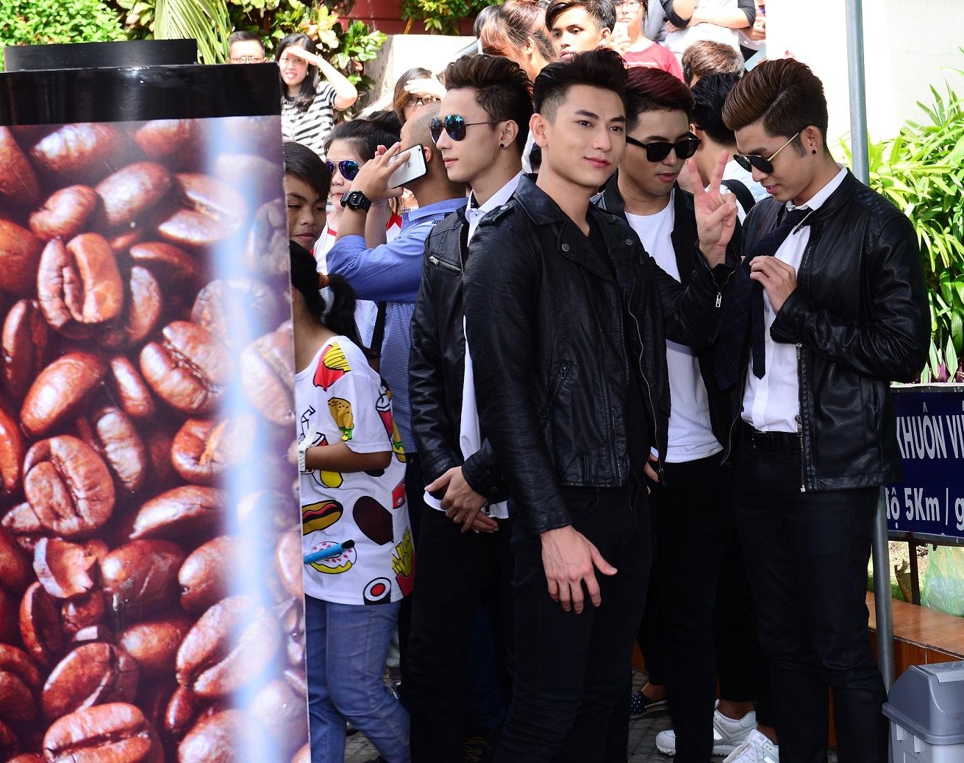 Các chàng trai của nhóm 365 thì khá ngầu trong trang phục đen