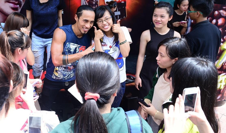 Các fan nữ vây quanh chụp ảnh cùng đại sứ năng lượng Phạm Anh Khoa