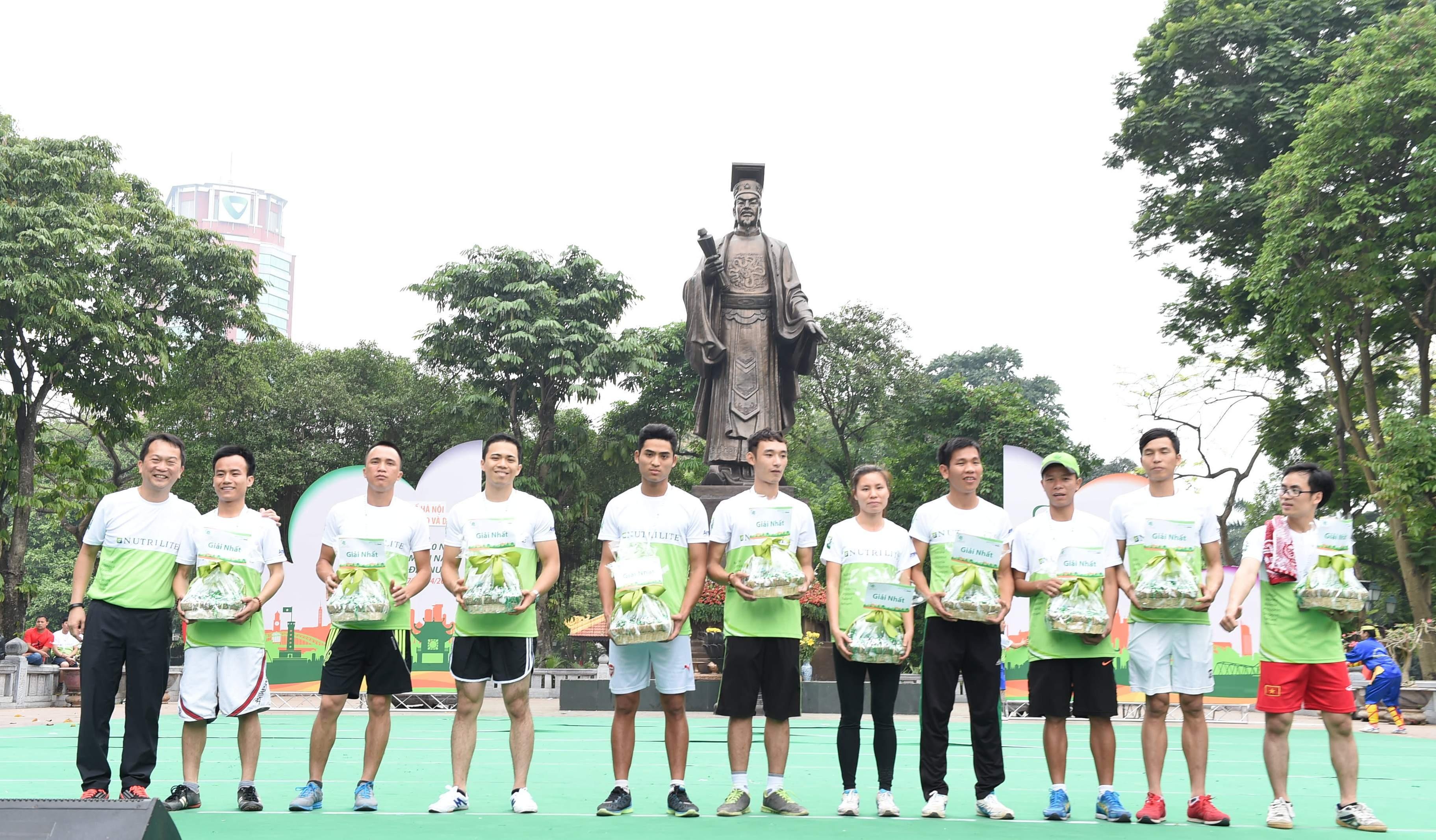 Đại diện Amway Việt Nam trao giải thưởng cho 10 người chạy nhanh nhất