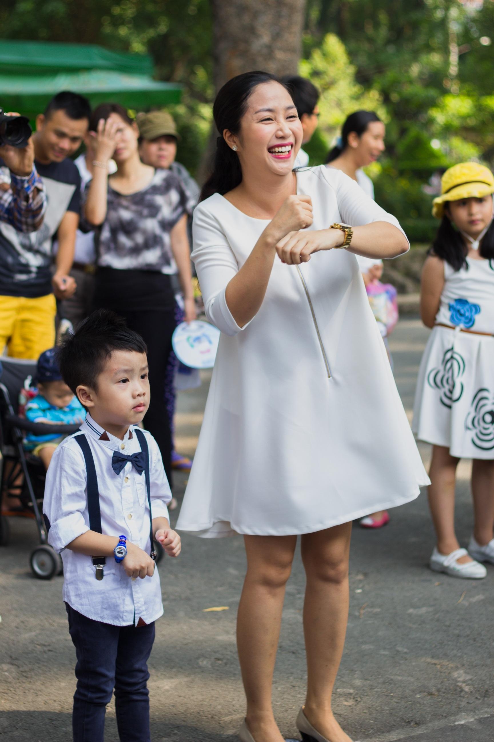 Gia đình Hồ Hoài Anh – Lưu Hương Giang – bé Mina đang làm quen với điệu nhảy
