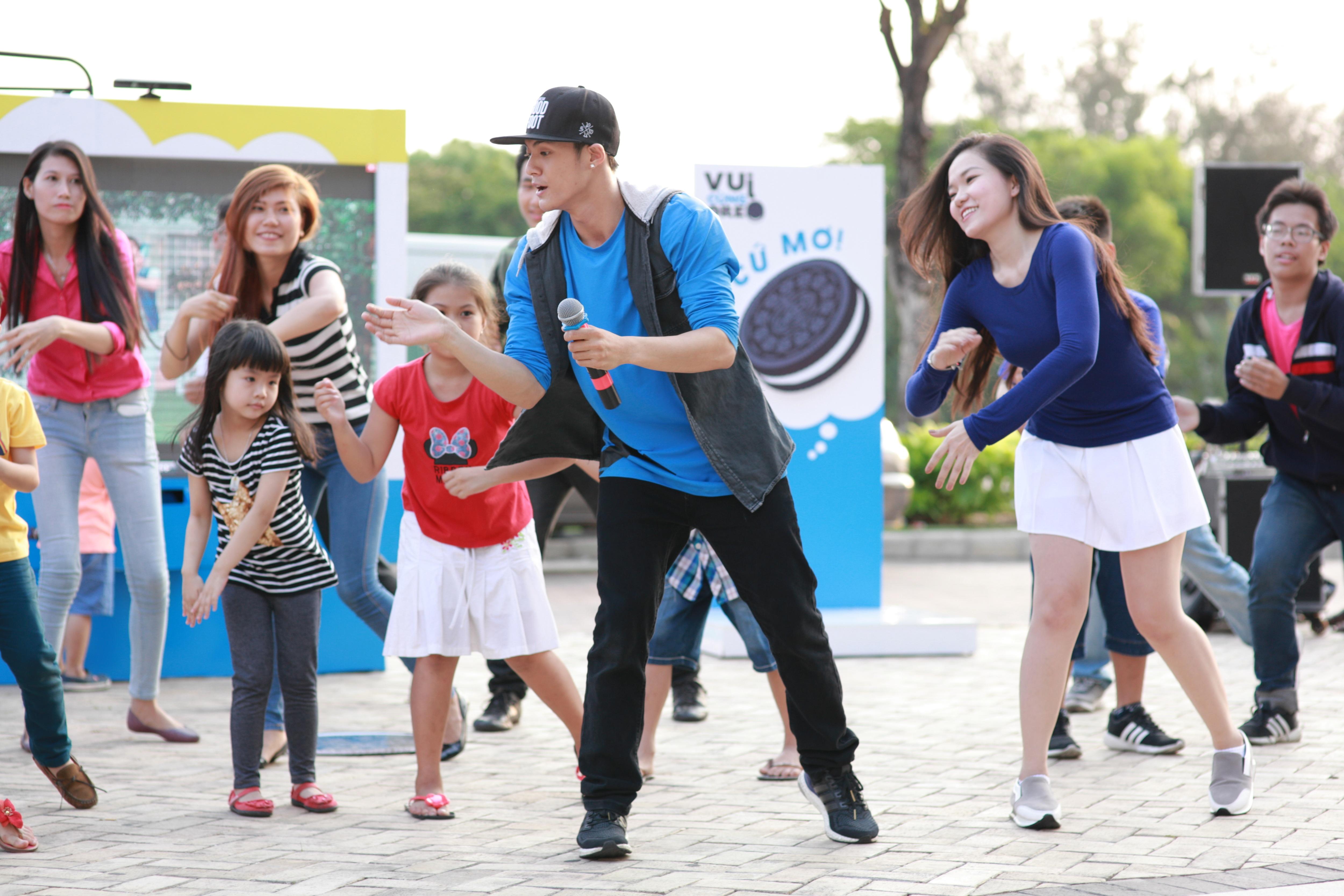 Lâm Vinh Hải hướng dẫn mọi người hòa nhịp với điệu nhảy cookies