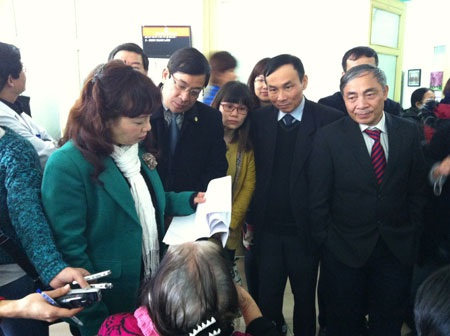 (Bộ trưởng Nguyễn Thị Kim Tiến đang nghe người dân tố bác sĩ)