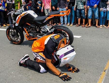 (Tay đua người Malaysia đã quỳ xuống lạy...)