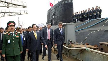 (Thủ tướng Nguyễn Tấn Dũng lên thăm tàu Kilo Hà Nội)