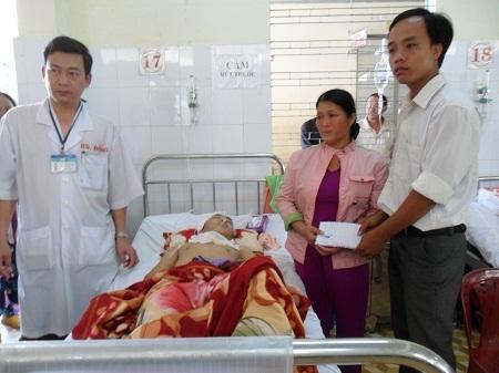 Thầy Dương Văn Khởi - Bí thư Đoàn trường THPT Ea Rôk trao tiền hỗ trợ cho gia đình em Dũng.
