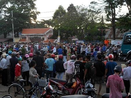 Người dân hiếu kỳ vây kín hiện trường vụ tai nạn.