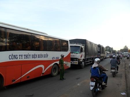 Hàng trăm phương tiện lưu thông trên QL 14 khi đi qua đoạn đường xảy ra tai nạn ùn ứ hàng km dài.