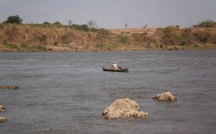 Người dân trục vớt cá chết trên sông Sê-rê-pôk ngày 28/1.