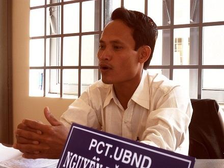 Ông Nguyễn Văn Phong - Phó Chủ tịch UBND xã Ea Nuôl - trao đổi về hố tử thần bất thường.